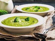 Рецепта Крем супа от замразени броколи и замразен спанак с картофи, прясно мляко и готварска сметана